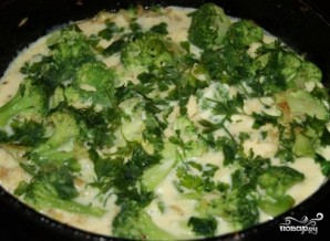 Брокколи с яйцом и сыром на сковороде - фото шаг 5