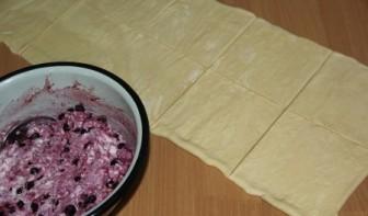 Слоёные корзиночки с творожно-ягодной начинкой - фото шаг 2
