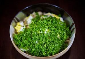 Простой салат с маринованными грибами - фото шаг 6