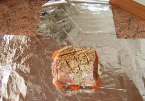 Свинина в фольге в мультиварке - фото шаг 4