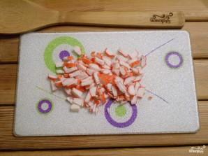 Салат с крабовыми палочками и кукурузой - фото шаг 2