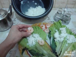 Голубцы с креветками в листьях салата и морской капусте - фото шаг 3