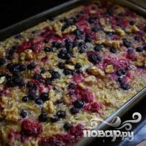Овсяная запеканка с ягодами и орехами - фото шаг 5