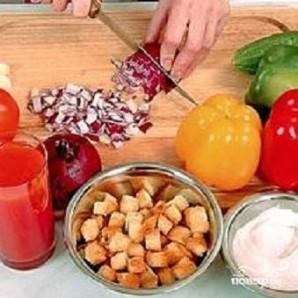Томатно-огуречный суп с чесночными гренками - фото шаг 1