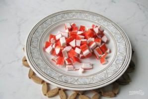 Салат с крабовыми палочками и сухариками - фото шаг 2