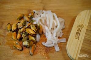 Пенне Ригате с кальмарами и мидиями - фото шаг 1