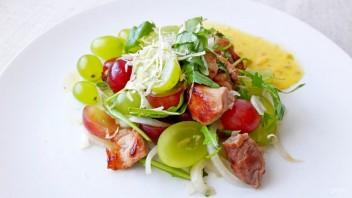 Вкусный салат с виноградом, мясом и рукколой в восточном стиле - фото шаг 4