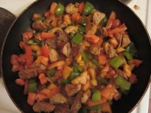 Свинина с перцем и помидорами - фото шаг 3