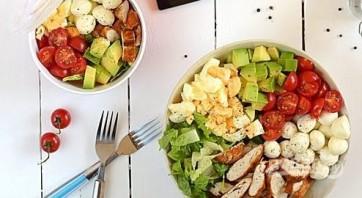 Капрезе с курицей и авокадо - фото шаг 3