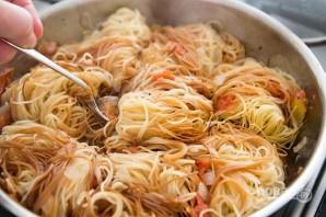 Гнезда из макарон на сковороде - фото шаг 6