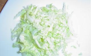 Салат из пекинской капусты и сухариков - фото шаг 2