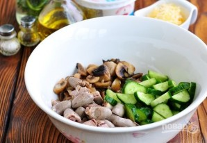 Салат из куриных сердечек с грибами и сыром - фото шаг 4