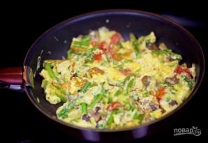 Яичница со спаржей и овощами - фото шаг 6