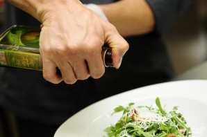 Салат с жареными лисичками - фото шаг 5