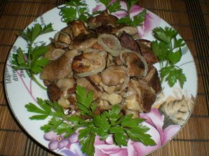 Маслята, жареные с луком - фото шаг 7