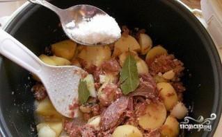 Картошка с тушенкой в мультиварке - фото шаг 7