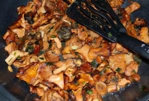 Салат с лисичками и зеленью - фото шаг 4
