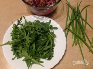Салат из рукколы, лука и фиников - фото шаг 5