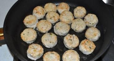 Тефтели куриные в сметанном соусе - фото шаг 4