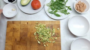 Тимбал из авокадо с тунцом - фото шаг 1