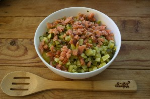Салат с копченой рыбой - фото шаг 4