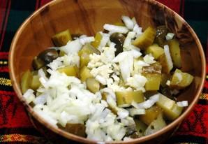 Простой салат с солеными огурцами - фото шаг 3