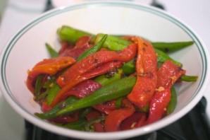 Окра с жареным красным перцем - фото шаг 8