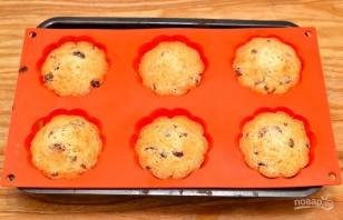 Кексы с изюмом простые в формочках - фото шаг 7