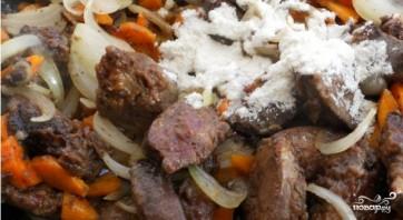 Говяжья печень тушеная с луком и морковью - фото шаг 2