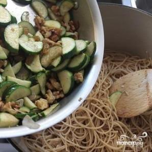 Спагетти с цуккини, грецкими орехами и изюмом - фото шаг 5
