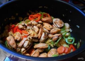 Мидии, тушенные с овощами - фото шаг 5