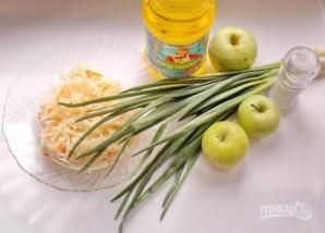 Салат из квашеной капусты с яблоками - фото шаг 1
