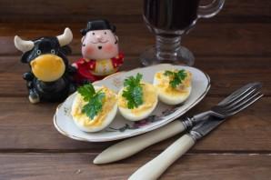 Яйца, фаршированные сельдью - фото шаг 6
