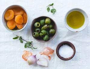 Легкий салат с зеленью, курагой и оливками - фото шаг 1