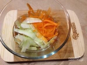 Салат из стеблей брокколи, моркови и огурца - фото шаг 5