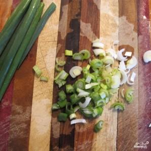 Омлет с петрушкой и зеленым луком - фото шаг 1