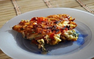 Яичница с колбасой, помидорами и сыром - фото шаг 6