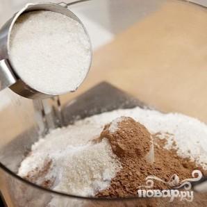 Шоколадные коржики с кремом и клубникой - фото шаг 1