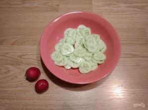 Салат из редиса, огурца и кукурузы - фото шаг 3