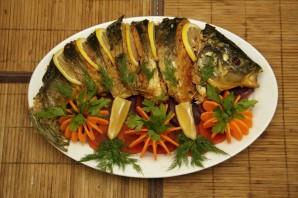 Карп, запеченный с овощами в духовке - фото шаг 4