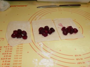 Дрожжевые пирожки с вишней - фото шаг 5