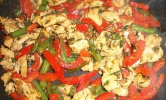 Куриная грудка, тушенная с овощами - фото шаг 2
