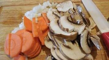 Курица с грибами в горшочках - фото шаг 1