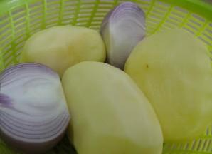 """Картофель """"Гармошка"""" с луком - фото шаг 1"""