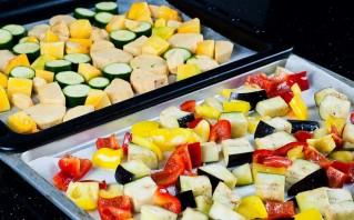 Кабачки, запеченные с овощами - фото шаг 2