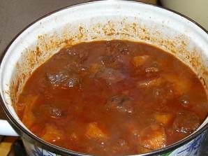 Гуляш из говядины с помидорами - фото шаг 13