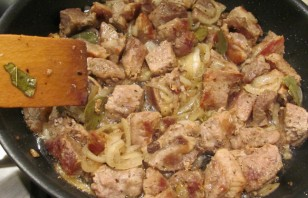 Свинина кусочками на сковороде - фото шаг 6