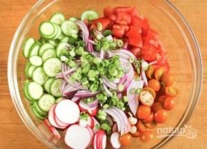 Овощной салат с хлебными чипсами - фото шаг 3