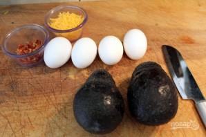 Яйцо, запеченное в авокадо - фото шаг 1