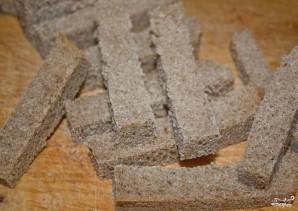 Гренки ржаные с чесноком - фото шаг 1